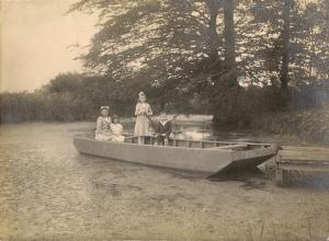 1912 Antoinette, Françoise, Suzanne et Jacques dSdR enfants de Raoul dSdR (château de Mariakerke) coll. Mme Philippe-Edgar Detry 3.jpg