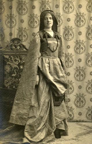 1913 - Yvonne de Séjournet de Rameignies (Tournoi de Chevalerie à Tournai) (portrait).jpg