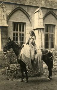 1913 - Yvonne de Séjournet de Rameignies (Tournoi de Chevalerie à Tournai).jpg