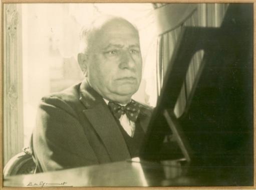Raoul dSdR au piano Photo de Baudouin de Séjournet de Rameignies coll. Mme Philippe-Edgar Detry