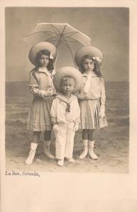 vers 1907 Antoinette dSdR (1899-1916) (à gauche), Suzanne dSdR (1900-1981) (à Droite), Antoinette (1899-1916) et Jacques (1903-1962) de Séjournet de Rameignies (au centre) Le Bon fecit, Ostende Coll. Mme Philippe-Edgar Detry.jpg