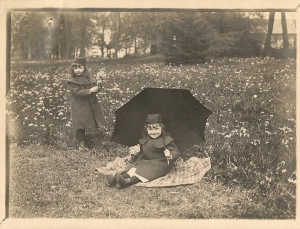 1903 ca Antoinette et Suzanne dSdR filles de Raoul dSdR (château de Mariakerke) coll. Mme Philippe-Edgar Detry 2.jpg