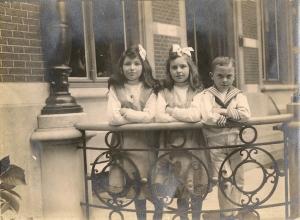 1912 avant Antoinette, Suzanne et Jacques de Séjournet de Rameignies (château de Mariakerke) coll. Mme Philippe-Edgar Detry.jpg