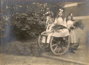 1912 avant Jacques, Suzanne et Antoinette dSdR enfants de Raoul dSdR (château de Mariakerke) coll. Mme Philippe-Edgar Detry 4.jpg