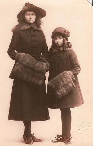 Suzanne (1900-1981) et Françoise (1908-2000) de Séjournet de Rameignies coll. Mme Philippe-Edgar Detry.jpg