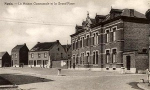 1950 ca - Pipaix La Maison communale et la Grand'Place.jpg