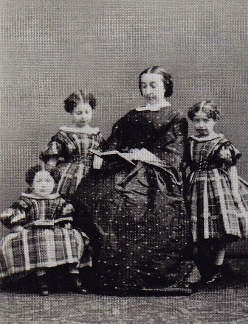 Baronne Théodore de Viron, née Jenny Baesen (1832-1901) et ses trois filles aînées, Marie (future épouse d'Herbé de Séjournet), Valérie (future religieuse du Sacré-Coeur) et Jeanne (future épouse d'Arthur van de Weyer)